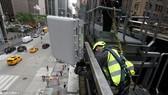 Nhân viên kỹ thuật lắp đặt thiết bị cho mạng 4G và 5G tại New York, Mỹ. Ảnh: REUTERS