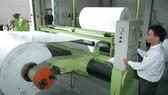 Sản xuất giấy cuộn tại một đơn vị. Ảnh: CAO THĂNG