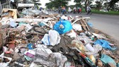Một bãi rác tự phát trên đường Nguyễn Văn Linh  (huyện Bình Chánh). Ảnh: CAO THĂNG