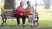 Người già luôn cần được trò chuyện và chia sẻ mỗi ngày  từ con cháu trong gia đình