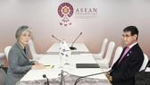 Ngoại trưởng Hàn Quốc Kang Kyung Wha (trái) và Ngoại trưởng Nhật Kono Taro gần như không nhìn mặt nhau trong cuộc họp song phương ngày 1-8. Ảnh: REUTERS