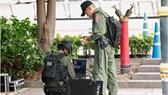 Cơ quan an ninh Thái Lan kiểm tra bom. Ảnh: REUTERS