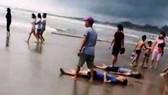 Nhóm du khách đến tắm ở một bãi biển tỉnh Bình Thuận, bị sóng biển cuốn trôi làm 4 người chết