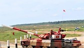 Đội tuyển Việt Nam thi đấu nội dung Tank Biathlon. Ảnh: TTXVN