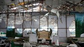 Trần nhà hỏng, bàn ghế chỏng chơ sau vụ đánh bom tiệc cưới ở thủ đô Kabul. Ảnh: REUTERS