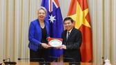 Chủ tịch UBND TPHCM Nguyễn Thành Phong trao quà lưu niệm cho Bộ trưởng Nông nghiệp Australia Bridget Mckenzi. Ảnh: HCMCPV.ORG.VN