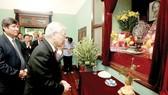 Tổng Bí thư, Chủ tịch nước Nguyễn Phú Trọng dâng hương tưởng niệm Chủ tịch Hồ Chí Minh tại Nhà 67