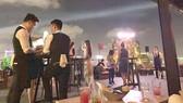 Hàng đêm, Air 360 Sky Bar tại tầng thượng cao ốc The One Saigon hoạt động từ 21 giờ đến 4 giờ sáng hôm sau