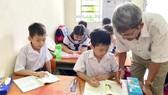 Thầy Nguyễn Tất Hữu tận tâm dạy chữ cho các trẻ em nghèo