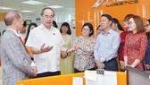 Bí thư Thành ủy TPHCM Nguyễn Thiện Nhân thăm Công ty Daco Logistics. Ảnh: VIỆT DŨNG