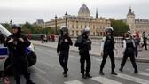 Cảnh sát phong tỏa khu vực bên ngoài hiện trường vụ tấn công bằng dao. Ảnh: REUTERS
