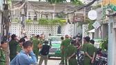 Nhiều cảnh sát giữ trật tự trong buổi thực nghiệm hiện trường ngày 4-10 tại nhà 29 Nguyễn Bỉnh Khiêm. Ảnh: KHÁNH QUỲNH
