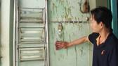 Những vết sơn và chất bẩn do xã hội đen tạt lên tường nhà một nạn nhân. Ảnh: BÙI ANH TUẤN