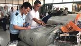 Hải quan TPHCM kiểm đếm lô hàng quần áo nhập khẩu giả mạo xuất xứ Việt Nam
