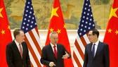 Bộ trưởng Tài chính Mỹ Steven Mnuchin (phải), Đại diện Thương mại Mỹ Robert Lighthizer (trái) và Phó Thủ tướng Trung Quốc Lưu Hạc tại vòng đàm phán thương mại ở Bắc Kinh ngày 14-2. Ảnh: TTXVN