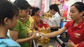 Nhiều thanh niên công nhân đến mua các loại thực phẩm tươi sống  tại cửa hàng hỗ trợ giá