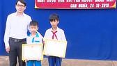 Em Lê Phước Thịnh, học sinh lớp 7B và em Mai Tuấn Kiệt đã có hành động đẹp trả lại tiền cho người đánh rơi