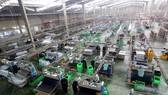 Dây chuyền sản xuất giày dép xuất khẩu tại Công ty TNHH Midori Safety Footwear Việt Nam, vốn đầu tư của Nhật Bản tại KCN Điện Nam - Điện Ngọc (Quảng Nam). Ảnh: TTXVN