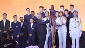 Phó Chủ tịch Quốc hội Uông Chu Lưu gắn Huân chương Lao động hạng Ba lên cờ truyền thống của CLB bóng đá Hà Nội