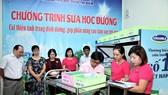 Thành viên Ban chỉ đạo chương trình sữa học đường cùng tham dự việc triển khai thực hiện trong ngày đầu tiên tại điểm trường Đoàn Thị Điểm, Quận Tân Phú, TPHCM