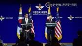 Bộ trưởng Quốc phòng Hàn Quốc Jeong Kyeong-doo (phải) và người đồng cấp Mỹ Mark Esper tại cuộc họp báo sau Hội nghị Tham vấn An ninh (SCM) lần thứ 51 ở Seoul ngày 15-11-2019. Ảnh: TTXVN