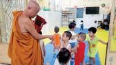 Thầy Thích Thiện Chiếu, trụ trì chùa Kỳ Quang 2,  cùng các em nhỏ ở mái ấm tình thương