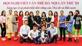 Các thế hệ học viên của Trường Viết văn Nguyễn Du tề tựu nhân dịp kỷ niệm 40 năm ngày thành lập trường. Ảnh: GIA HÀ