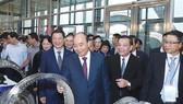 Thủ tướng Nguyễn Xuân Phúc cùng các đại biểu thăm các gian hàng trưng bày tại lễ kỷ niệm 60 năm thành lập Bộ Khoa học và Công nghệ. Ảnh: TTXVN