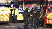 Cảnh sát phong tỏa hiện trường vụ đâm dao ở London. Ảnh: AP
