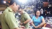 Lực lượng Quản lý thị trường TPHCM kiểm tra nguồn gốc hàng hóa tại một điểm kinh doanh