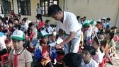 Tặng 300 suất học bổng cho học sinh nghèo