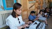 Du khách trải nghiệm máy đánh chữ kiểu cũ trong quán cà phê du lịch cộng đồng tại Trà Vinh. Ảnh: VIỆT DŨNG