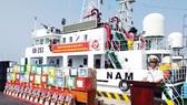 Tàu chở đoàn công tác thăm và chúc tết cán bộ chiến sĩ  trên các nhà giàn DK1