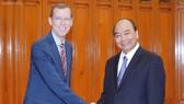 Thủ tướng Nguyễn Xuân Phúc và Hiệu trưởng Trường Harvard Kennedy, ông D. Elmendorf. Ảnh: VGP