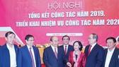 Thủ tướng  Nguyễn Xuân Phúc cùng các đại biểu  trao đổi bên lề hội nghị. Ảnh: VIẾT CHUNG