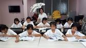 Các bé gái đang chăm chỉ trong giờ rèn luyện thêm tại cơ sở