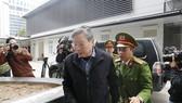 Ông Nguyễn Bắc Son bước vào phòng tuyên án sáng ngày 28-12. Ảnh: ĐỖ TRUNG