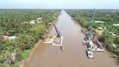 Công trình đập thép trên kinh Nguyễn Tấn Thành được thi công để ngăn mặn, giữ nước ngọt phục vụ cho hơn 800.000 hộ dân của Tiền Giang. Ảnh: KIẾN VĂN