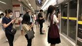 Người dân Thái Lan đeo khẩu trang tự bảo vệ mình trước dịch COVID-19 khi đi tàu điện ngầm ở thủ đô Bangkok. Ảnh: TTXVN