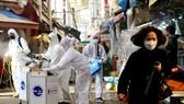 Các nhân viên khử trùng một khu chợ truyền thống ở thủ đô Seoul, Hàn Quốc. Ảnh: REUTERS
