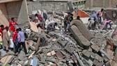 Lực lượng cứu hộ tìm kiếm các nạn nhân trong vụ tòa nhà sụp đổ. Ảnh: PAKISTAN TODAY