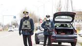Cảnh sát Italy tại chốt chặn giữa hai tỉnh được phong tỏa Modena và Bologna hôm 9-3. Ảnh: GETTY