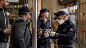 Cảnh sát kiểm tra hành khách tại nhà ga Milan, Italia theo quyết định siết chặt kiểm soát dịch bệnh của chính phủ nước này