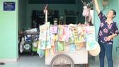 Bà Nguyễn Thị Sâm bên xe hàng chuẩn bị đi bán buổi chiều  (căn nhà tình thương được xây tặng năm 2017)