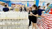 Khách hàng mua dung dịch sát khuẩn tại Aeon Bình Tân. Ảnh: CAO THĂNG