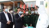 Thủ tướng  Nguyễn Xuân Phúc kiểm tra tại xe  xét nghiệm cơ động, Viện Y học dự phòng Quân đội  Ảnh: TTXVN