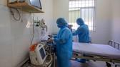 Lắp đặt trang thiết bị y tế hiện đại  tại Bệnh viện điều trị Covid-19 (Cần Giờ, TPHCM). Ảnh: DŨNG PHƯƠNG