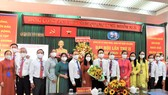Đồng chí Lê Hoàng Hà, Bí thư Quận ủy quận Tân Bình (thứ 7 từ trái vào) chúc mừng các đồng chí trong Ban chấp hành khóa mới