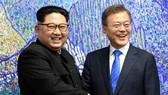 Tổng thống Hàn Quốc Moon Jae-in (phải) và nhà lãnh đạo Triều Tiên Kim Jong-un. Ảnh:  REUTERS