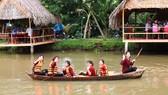 Du khách tham quan sông nước ĐBSCL